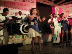 Eusébia avec ses musiciens. AF Fianarantsoa.