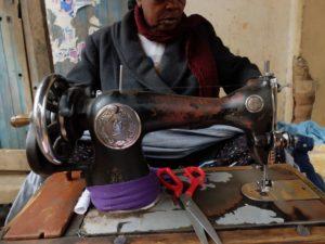 Couturière au marché